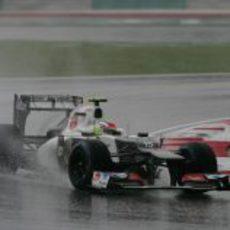 Sergio Pérez sale de una curva en el trazado de Sepang