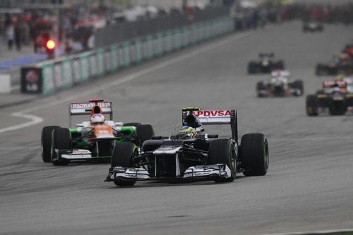 Bruno Senna pasa por línea de meta