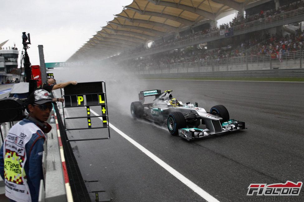 Nico Rosberg pasa por la recta principal en Sepang