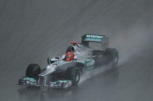 Michael Schumacher aprieta al máximo su W03 en Sepang