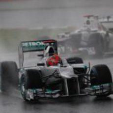 Michael Schumacher sale de una curva en el trazado de Sepang