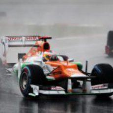 Paul di Resta conduce bajo la lluvia de Sepang