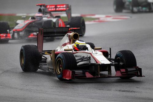 Pedro de la Rosa por delante de Jenson Button bajo la lluvia en Sepang