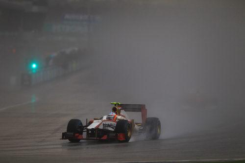 Narain Karthikeyan pilota el F112 bajo el diluvio en Sepang
