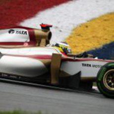 Pedro de la Rosa pilotando el HRT en el GP de Malasia