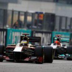 Pedro de la Rosa por delante de Michael Schumacher en la recta de Sepang