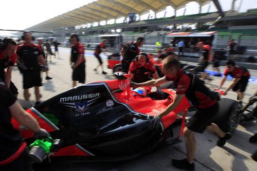 Los mecánicos ayudan a Timo Glock a entrar en el garaje
