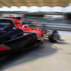 Timo Glock abandona el garaje de Marussia