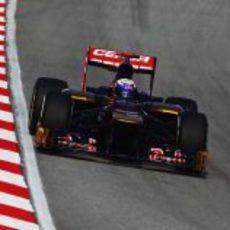 Daniel Ricciardo trata de hacer un buen tiempo en clasificación