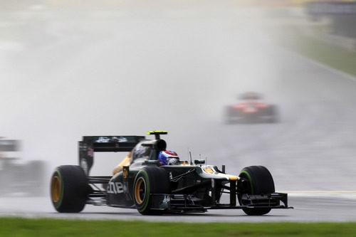Vitaly Petrov y su CT-01 en el duro GP de Malasia 2012