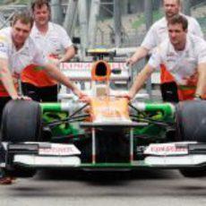 Mecánicos de Force India empujan el monoplaza hasta el box
