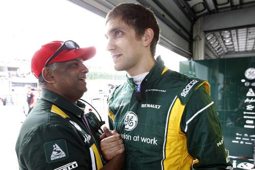 Tony Fernandes felicita a Vitaly Petrov tras el GP de Malasia 2012