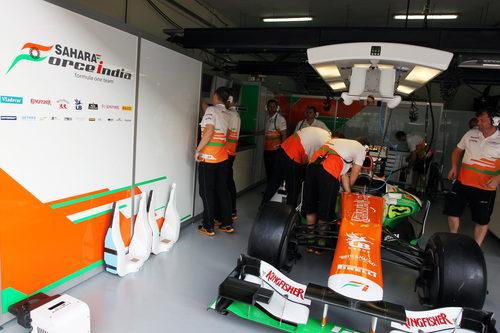Mecánicos trabajan en el monoplaza de Force India