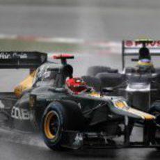 Heikki Kovalainen por delante de Bruno Senna