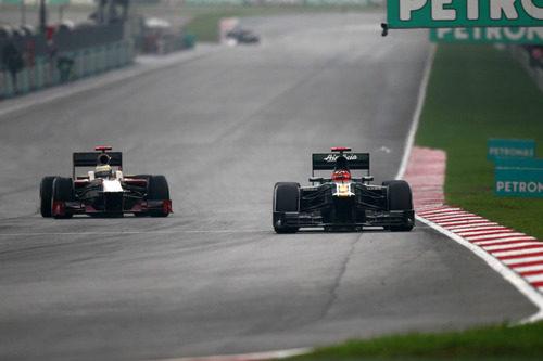 Heikki Kovalainen por delante de Pedro de la Rosa
