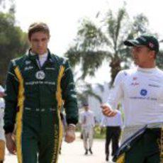 Vitaly Petrov y Heikki Kovalainen en el 'paddock' de Malasia