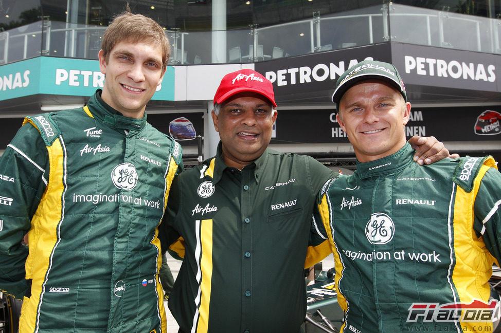 Vitaly Petrov, Tony Fernandes y Heikki Kovalainen en el GP de Malasia 2012