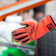 Mecánico de Force India señala a su piloto donde detenerse