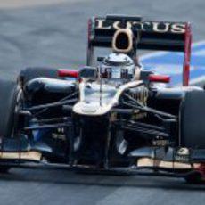 Kimi Räikkonen rueda en el pit lane de Montmeló