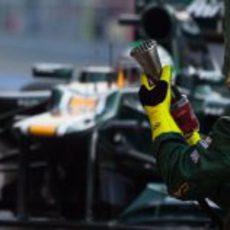 Mecánico se prepara para cambiar las ruedas a Kovalainen