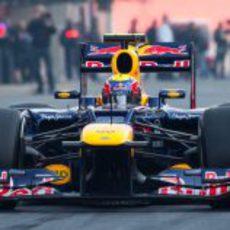 Mark Webber rueda en el pit lane de Montmeló