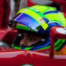 Felipe Massa con su casco abierto