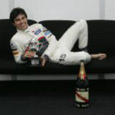 Sergio Pérez posa con su trofeo de Malasia 2012