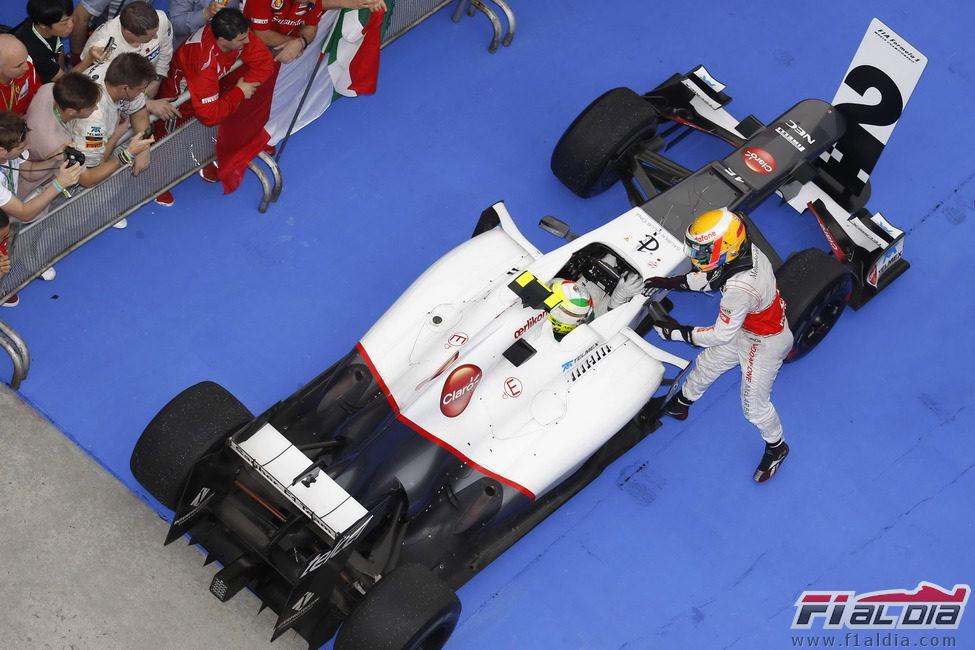 Hamilton felicita a Pérez tras su podio de Sepang 2012