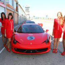 Azafatas del Santander junto a un Ferrari 458 Italia