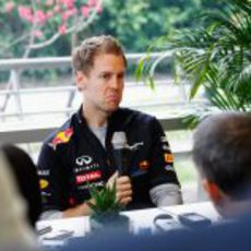 Sebastian Vettel habla con la prensa en el circuito de Shanghai