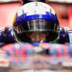 Daniel Ricciardo subido a su STR7 antes de salir a pista