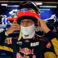 Ricciardo se coloca el casco para subirse al monoplaza