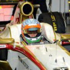 Narain Karthikeyan espera en el garaje para salir al circuito