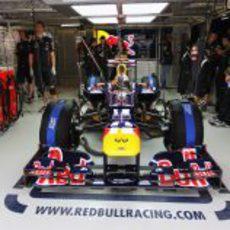 Sebastian Vettel permanece en el garaje de Red Bull antes de salir a pista