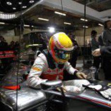 Lewis Hamilton sentándose en su MP4-27