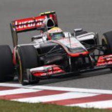 Lewis Hamilton dando una vuelta en el Circuito Internacional de Shanghái