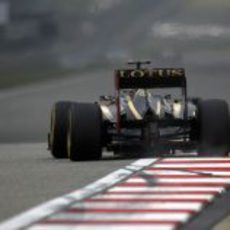 Kimi Räikkönen encara la recta principal del GP de China