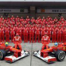 Foto de familia del equipo Ferrari en el GP de China 2012