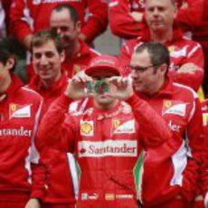 Fernando Alonso saca una foto a la prensa con su iPhone