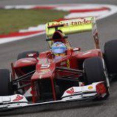 Fernando Alonso con con parafina en el alerón trasero del F2012