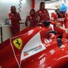 Fernando Alonso se sienta en su Ferrari