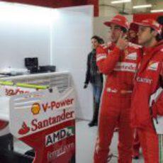 Fernando Alonso y Felipe Massa juntos en el box de Ferrari