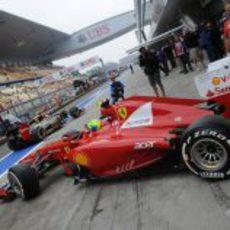 Felipe Massa sale del box de Ferrari en el Circuito de Shanghái