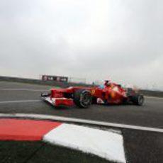 Fernando Alonso aborda una de las curvas del Circuito de Shanghái