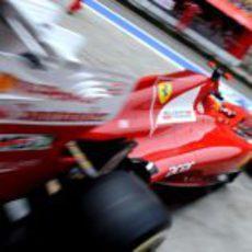 Fernando Alonso sale a toda velocidad del box de Ferrari