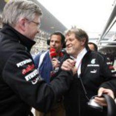 Ross Brawn y Norbert Haug muy contentos con la 'pole' de Nico Rosberg