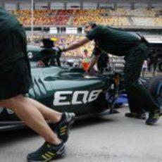 Los mecánicos meten en el box el coche de Giedo van der Garde