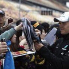 Nico Rosberg atiende a los aficionados del paddock de Shanghái