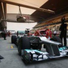 Michael Schumacher hace un pit stop durante los entrenamientos libres del GP de China