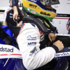 Bruno Senna se introduce en el habitáculo de su FW34